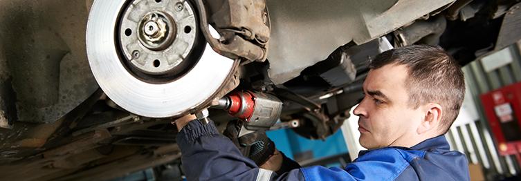 A suspensão automotiva cumpre uma importante função no desempenho do carro. Mas você sabe que peças compõem esse sistema, qual a relevância delas e que tipos existem? Entenda aqui!